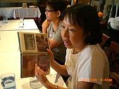 2009.7.31.Reunion with麗足,維珍與梅芬:梅芬這本三十年的相簿專門放高中時期的照片.JPG
