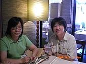 2009.7.31.Reunion with麗足,維珍與梅芬:讓我們好好地端詳一下麗足. 她舉杯問候所有的PingLadies.JPG