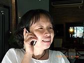 2009.7.31.Reunion with麗足,維珍與梅芬:平班名偵探南萍跟班長討論一下目前搜尋同學的進度.JPG
