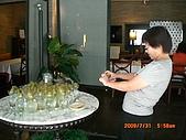 2009.7.31.Reunion with麗足,維珍與梅芬:喜愛大自然的慧貞對一群馬鈴薯很感興趣.JPG