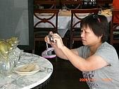 2009.7.31.Reunion with麗足,維珍與梅芬:她好認真! 好投入! 不過是一堆發出根的馬鈴薯嘛~.JPG