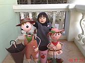 新社千樺咖啡&南投歐莉葉荷&日月潭&斗六摩爾花園&小義大利:庭庭看到這個和他一般高的玩偶很興奮.jpg