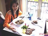 台中美食之旅~真北平涮羊肉&小義大利餐廳(美館店)&採草莓:坐在小義大利餐廳的窗戶邊吃著美食真的好幸福喔~.JPG