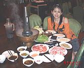 台中美食之旅~真北平涮羊肉&小義大利餐廳(美館店)&採草莓:我們點的是酸菜白肉鍋湯頭一流的啦~長長的煙管裡面是炭喔
