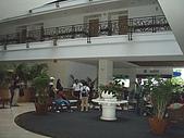 帛琉真美麗四日遊DAY1&DAY2:帛琉大飯店的大廳..遊導在幫其他團圓CHECK IN.JPG