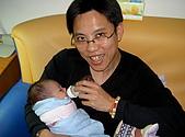 小昀昀的新生活:第一次用奶瓶喝ㄋㄟㄋㄟ是爸爸教我的喔!