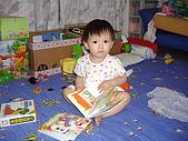 200705小昀蓁的居家生活...:還是看書書比較有趣......