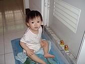 200705小昀蓁的居家生活...:媽媽,我在和小豬豬敬禮......