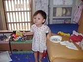 200705小昀蓁的居家生活...:媽媽,我真得在吃麵包,沒有看電視啊!