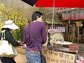 970405~06阿里山賞櫻之旅:買肉乾的小漢 後來買6包要帶回去 老闆娘叫小妹妹包7包給我們 結果聰明的小妹給我們8包 賺到了
