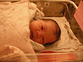 *牛軋糖寫真館*:在醫院的娃娃床上 好可愛的臉