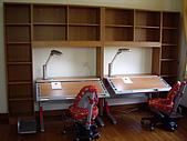 方爸爸小寶貝們的書房(980428):書桌椅已經組裝完成