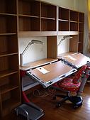 方爸爸小寶貝們的書房(980428):紅色的桌椅與木頭的溫暖,互相呼應~
