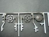 1/12 Yamaha YZR-M1 04 製做公開:左邊兩個前輪碟煞零件噴上俊氏金屬黑,右邊後輪鼓煞則是