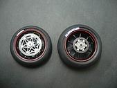 1/12 Yamaha YZR-M1 04 製做公開:前後輪橡膠胎部份黏上貼紙並裝上碟盤系統!