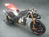 1/12 Yamaha YZR-M1 04 製做公開:裝上前剎系統與前輪...總算是可以立起來了!