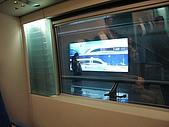 上海浦東磁浮列車:我們座位旁的大玻璃