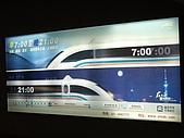 上海浦東磁浮列車:等列車旁的軌道背景牌
