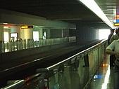 上海浦東磁浮列車:在軌道旁等列車進入