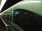 上海浦東磁浮列車:行駛中的列車身