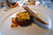 君悅寶艾早午餐:嫩炒蛋、酸味麵包、烤茄、甜椒莎莎