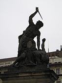 捷克之旅:總統府戰勝惡魔雕像
