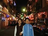 96/12/18小小同學在聖誕巷:96121820.JPG