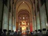 越南胡志民:越南紅教堂內的拱形天花板