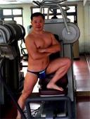 游泳教練-泳裝:游泳後,難得在健身房休憩片刻