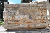 希臘-德爾菲考古博物館:博物館門口前的大理石棺二.jpg