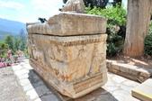 希臘-德爾菲考古博物館:博物館門口前的大理石棺三.jpg