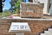 希臘-德爾菲考古博物館:博物館門口前的大理石棺一.jpg