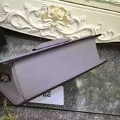 纪梵希 新款斜挎小包 采用进口牛皮   尺寸:23 15 / 配盒子 颜色 : 黑 红 枣 灰:mmexport1449729404983.jpg