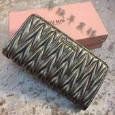 Miumiu    羊皮羊皮  专柜最新款羊皮钱包  💝型号M-6168  长20cm高8cm:mmexport1448348213152.jpg