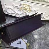 纪梵希 新款斜挎小包 采用进口牛皮   尺寸:23 15 / 配盒子 颜色 : 黑 红 枣 灰:mmexport1449729515941.jpg