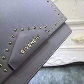 纪梵希 新款斜挎小包 采用进口牛皮   尺寸:23 15 / 配盒子 颜色 : 黑 红 枣 灰:mmexport1449729407412.jpg
